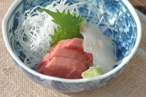 sashimi served with shredded daikon